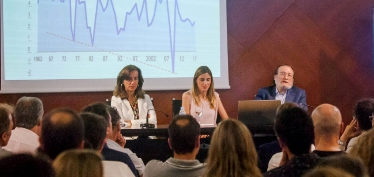 Santiago Niño-Becerra llena la sala actos de CINC Girona